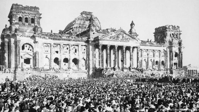 Is Merkel bang voor een burgeroorlog? Duitse overheid laat om het parlement, de Reichstag in Berlijn, een enorme slotgracht aanleggen