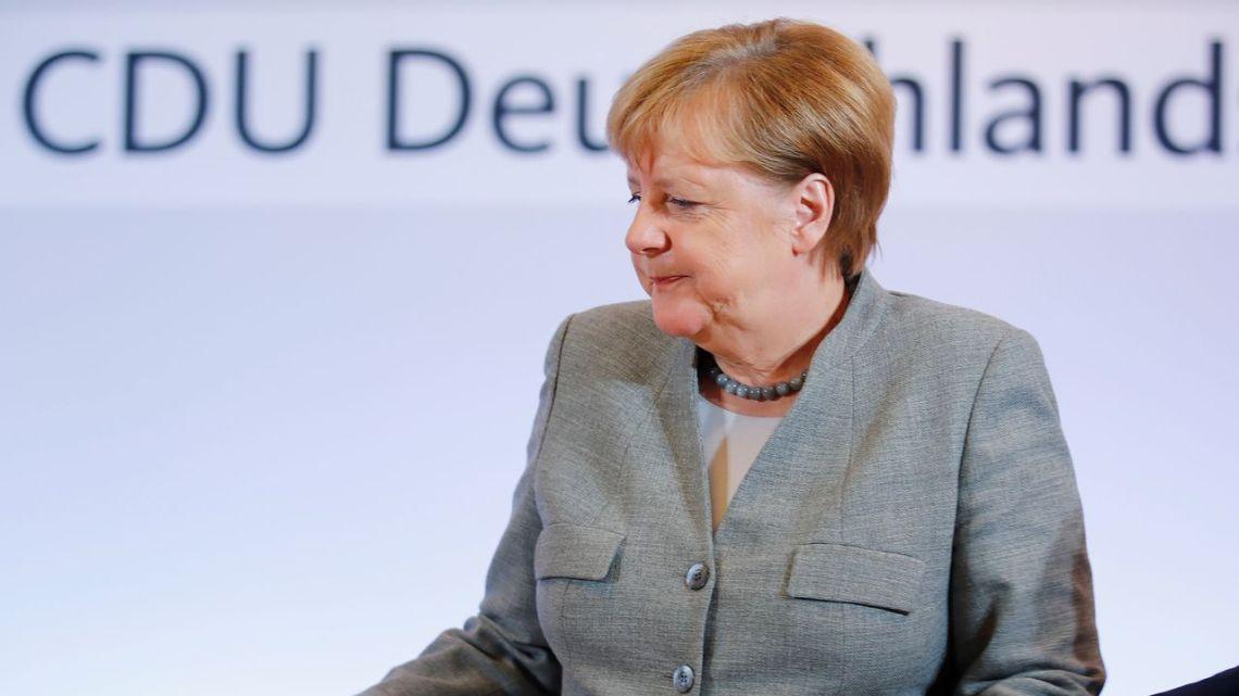 Angela Merkel eist een verbod op vrije meningsuiting om de samenleving vrij te houden … daalt af  naar fascistische Derde Rijk