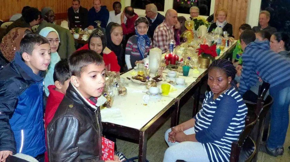 Duitse groep organiseert prinselijke Kerstmis voor illegale migranten en sluit eigen burgers in armoede uit