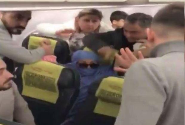 Turkse moslim vrouw probeert vliegtuigstoel in brand te steken, dreigt het vliegtuig op te blazen