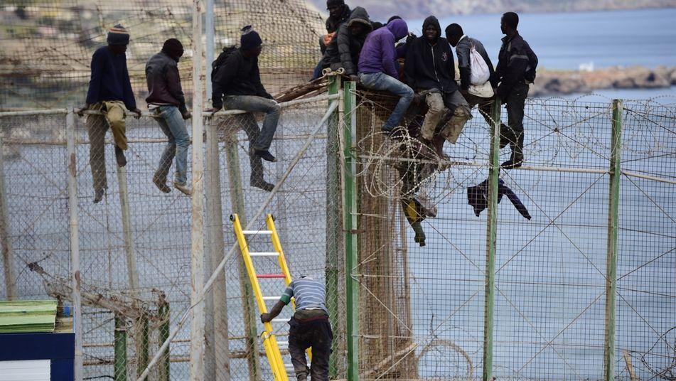 Spanje ontmantelt prikkeldraad aan de grens – illegale indringers kunnen gewond raken