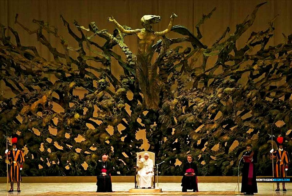 Valse profeet? Paus Franciscus organiseert bizarre drag queen-achtige circusvoorstelling in griezelige reptielenvormige Vaticaanse hal