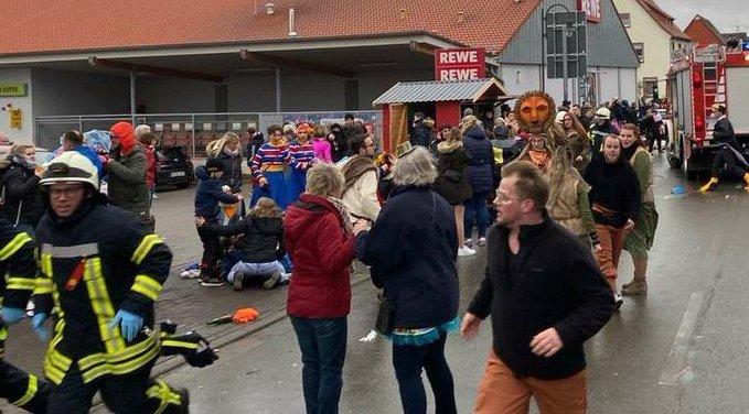 Auto rijdt in op carnavalsoptocht in Duitse stadje Volkmarsen, meerdere gewonden