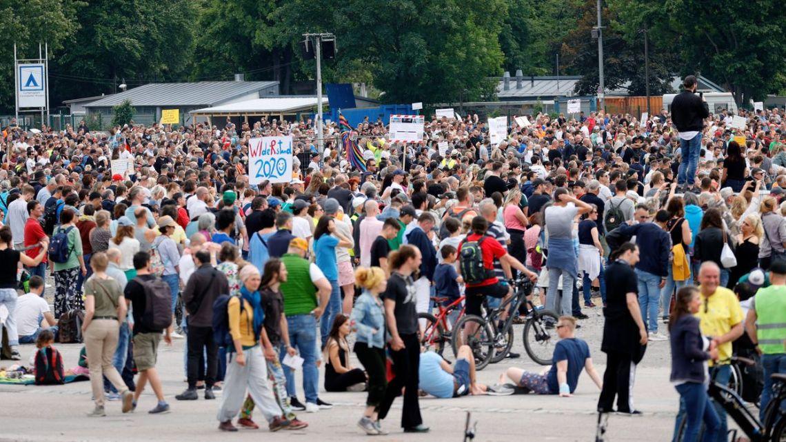 Demonstraties van vooral extreem-rechts en extreem-links – TEGEN WAANZIN EN ONDERDRUKKING