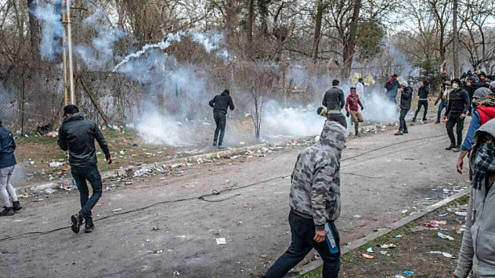 Illegalen bestormen de Italiaanse grenzen – De politie bekent: we zijn volkomen machteloos