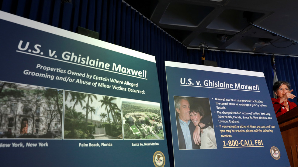 Onverzegelde documenten zeggen dat Bill Clinton op 'pedofiel eiland' was met 'jonge meisjes' en citeerde Epstein die zei dat de voormalige president 'hem gunst verschuldigd was'
