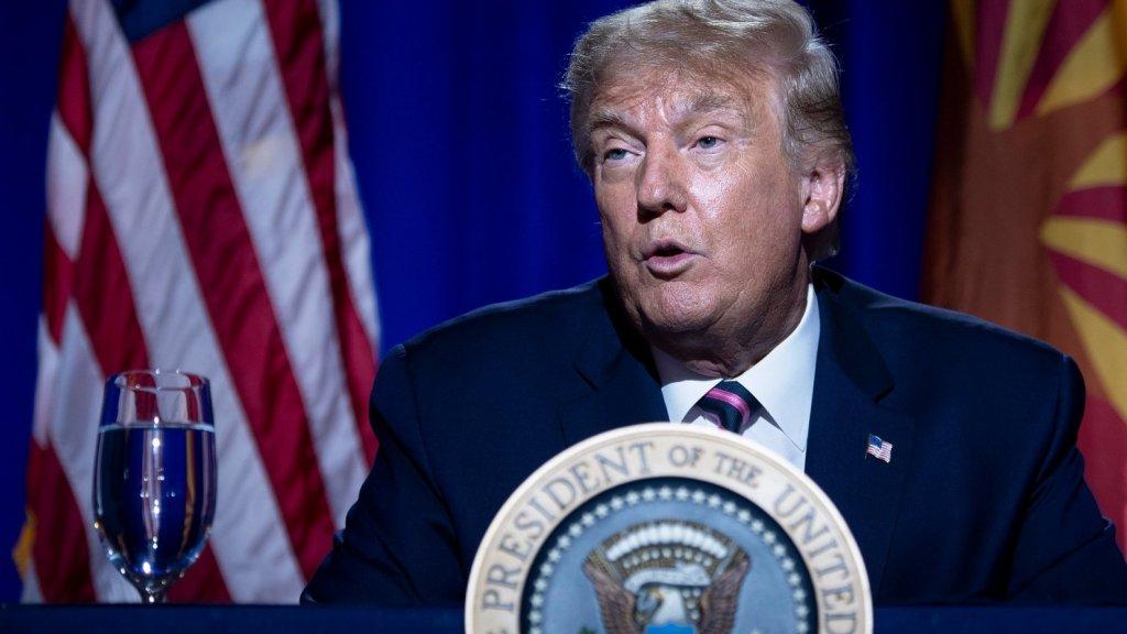 """Trump zegt """"Wetenschap weet het niet"""" en geeft bladafval de schuld van California Fires"""