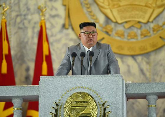 Noord-Koreaanse leider Kim Jong-un houdt toespraak tijdens de militaire parade van de 75e verjaardag van de Koreaanse Arbeiderspartij