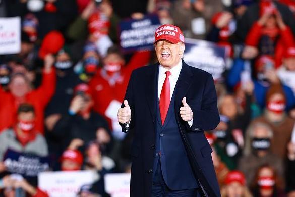 Van 'Twelve More Years!' om haar op te sluiten! Trump zweept proto-fascistische Michigan-menigte in waanzin