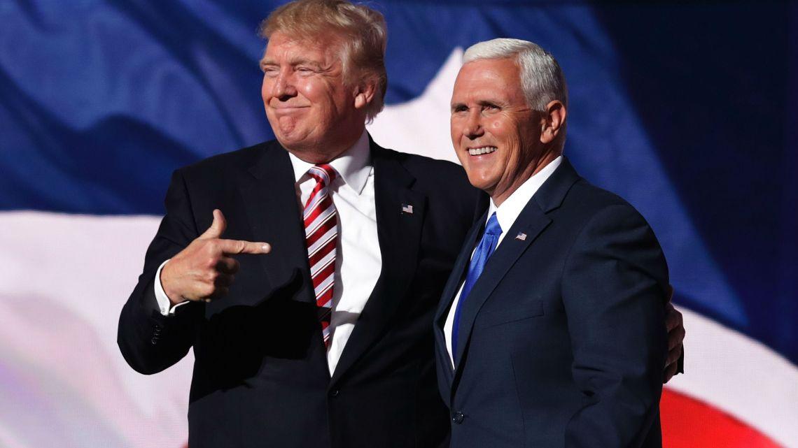 Hoe Mike Pence de mislukte Covid-19-reactie van Donald Trump mogelijk maakte