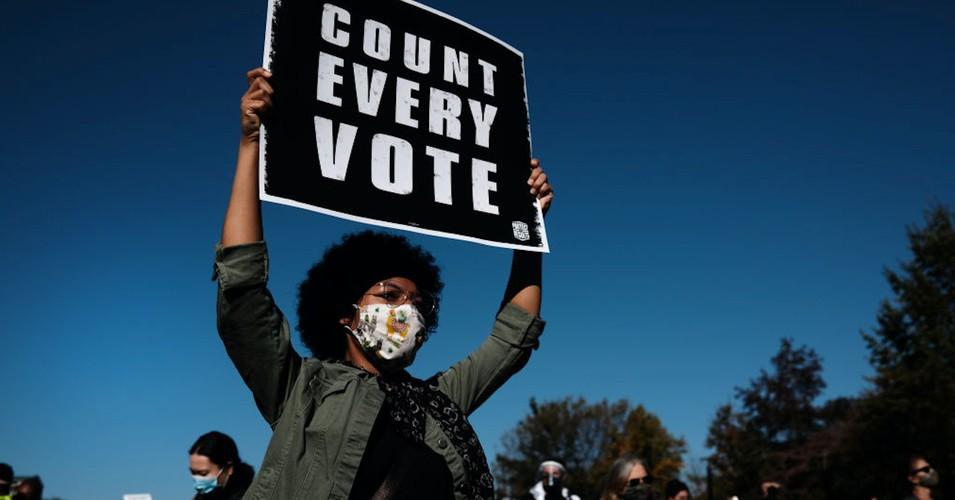 Demonstranten, van kust tot kust, staan verenigd tegen de dreiging van Trump voor de democratie en dringen er bij ambtenaren op aan 'elke stem te tellen'