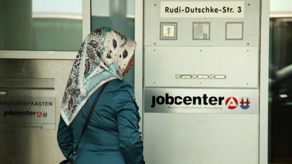 Werkloosheid onder migranten: elke tweede vluchteling is belastinggeld