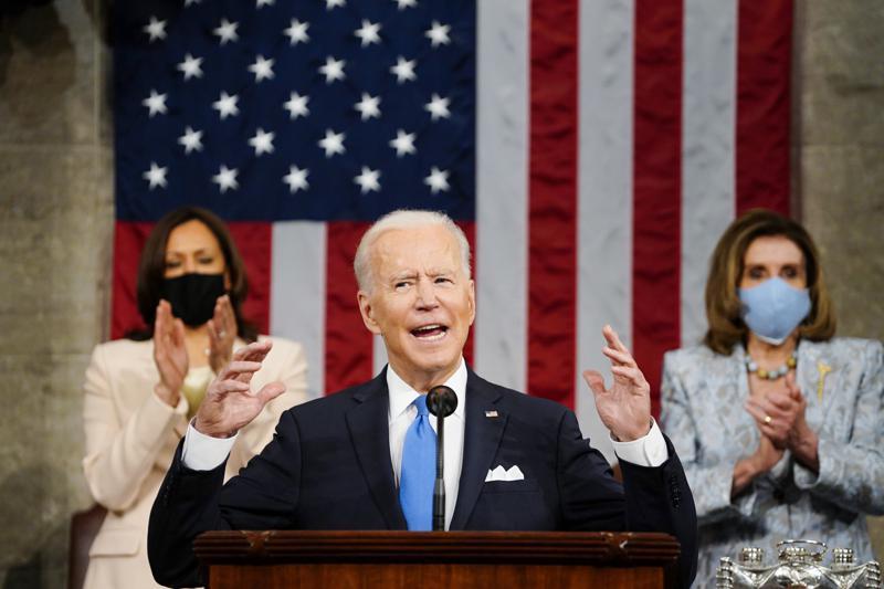 Joe Biden smijt met geld dat er niet is