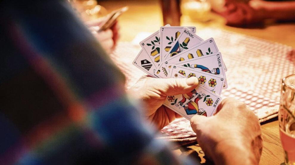 Cultuurwetenschapper draait volledig door: traditionele kaartspellen zijn racistisch en seksistisch