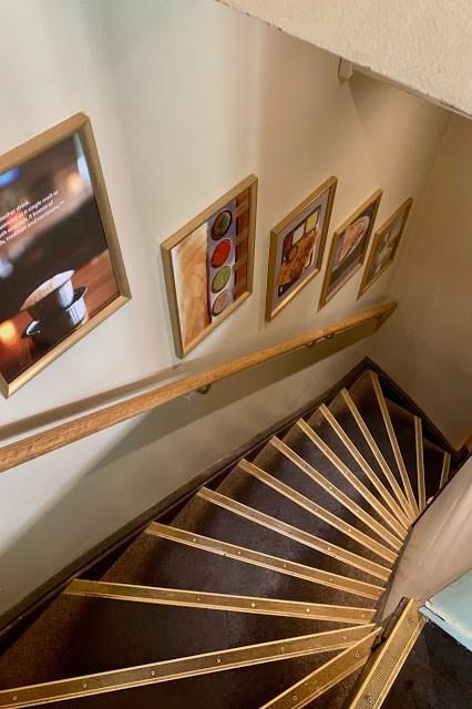 Ravintola Saravanaa Bhavan portaat alakertaan