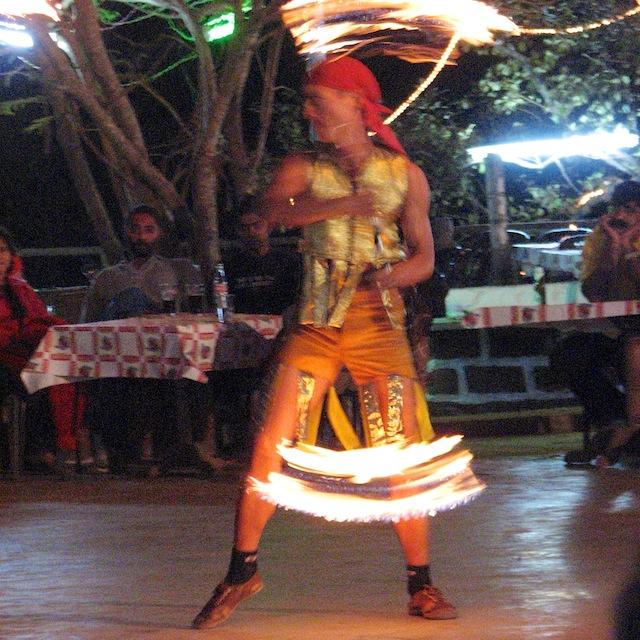 Tuliperformanssi Mackies Saturday Night Bazaarissa Goan Arporassa