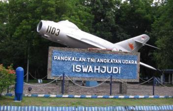 MIG-17 TNI-AU di pintu masuk Lanud Iswahyudi, Madiun