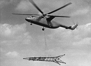 Mi-6 tampak menggotong tower Sutet