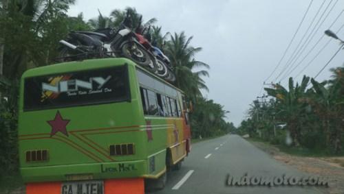 sepeda motor naik bis