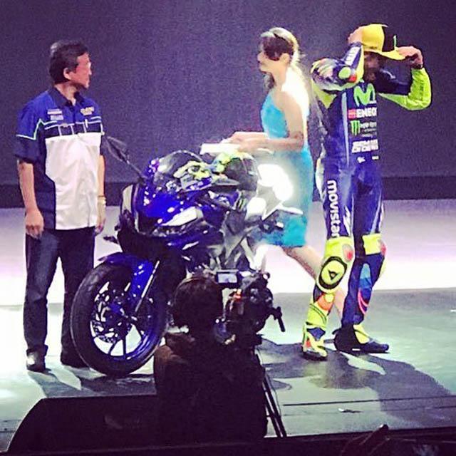 Valentino Rossi memperkenalkan Yamaha New R15 versi 2017