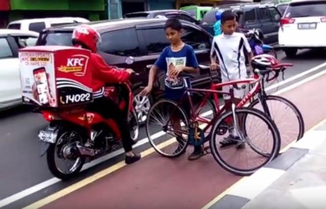 bocah-hadang-pemotor-di-jalur-sepeda-bogor