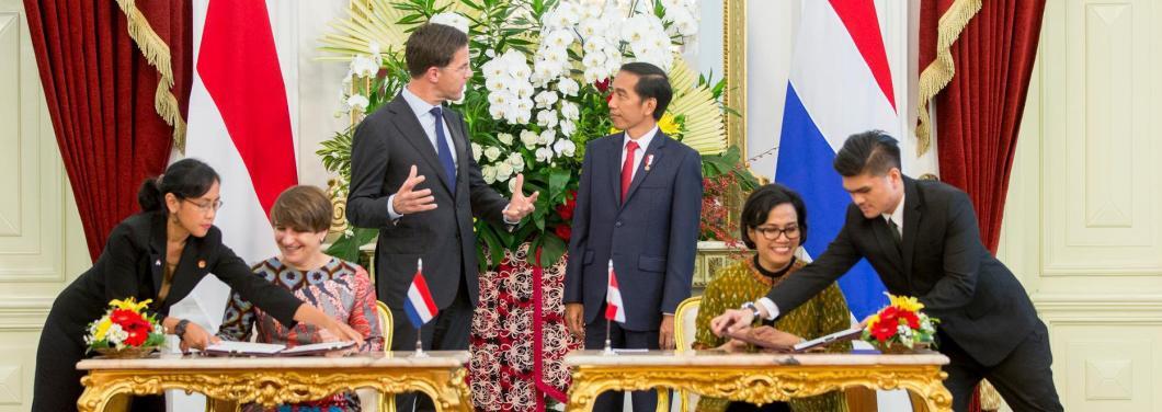 Premier Mark Rutte en de Indonesische president Joko Widodo staan achter Minister Lilianne Ploumen (L) van Buitenlandse Handel en Ontwikkelingssamenwerking en een lid van het Indonesische kabinet tijdens een ondertekening ceremonie op het Nationaal Paleis (Istana Negara) tijdens de derde dag van het driedaags bezoek van een kabinetsdelegatie aan Indonesie. ANP JERRY LAMPEN