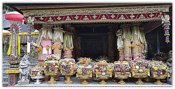 Bali la religione balinese :Gebogan offerte al tempio