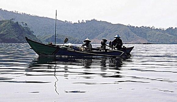 Sulawesi pescatori al rientro nel tardo pomeriggio