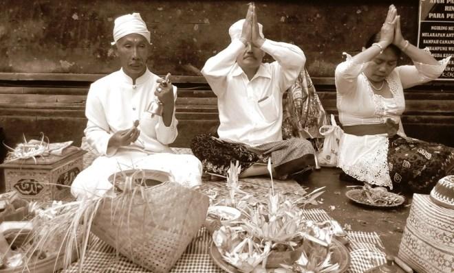 Balinesi in preghiera durante una cerimonia al tempio