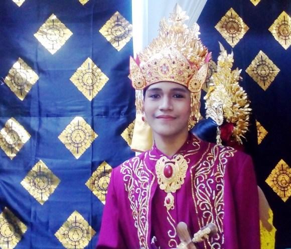 Bali cerimonie dei denti ragazzo balinese