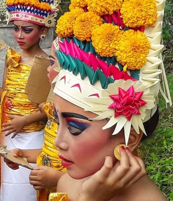 Bali ragazza pronta per la cerimonia