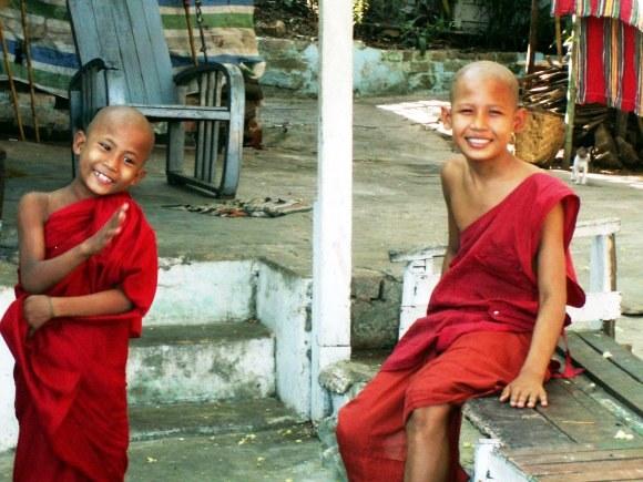 Myanmar yangon monaci
