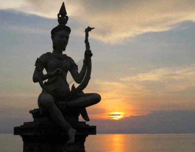 statua al tramonto