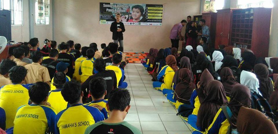 komunitas-sulap-krakatau-miracle-sedang-menghibur-anak-anak