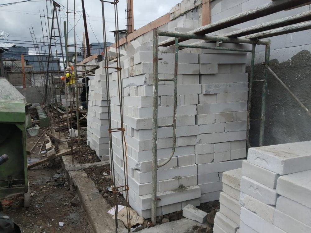 Bahan material yang digunakan untuk membangun lokasi sementara (loksem) pasa Pos Duri, Tambora, Jakarta Barat.