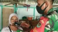Serda Asep saat memakaikan masker ke salah seorang warga, Senin (8/2/2021).