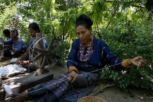 Ikat weven in Watublapi Village - Flores, Indonesië