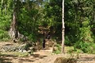 memasuki kampung adat, pengunjung harus memakai pakaian hitam