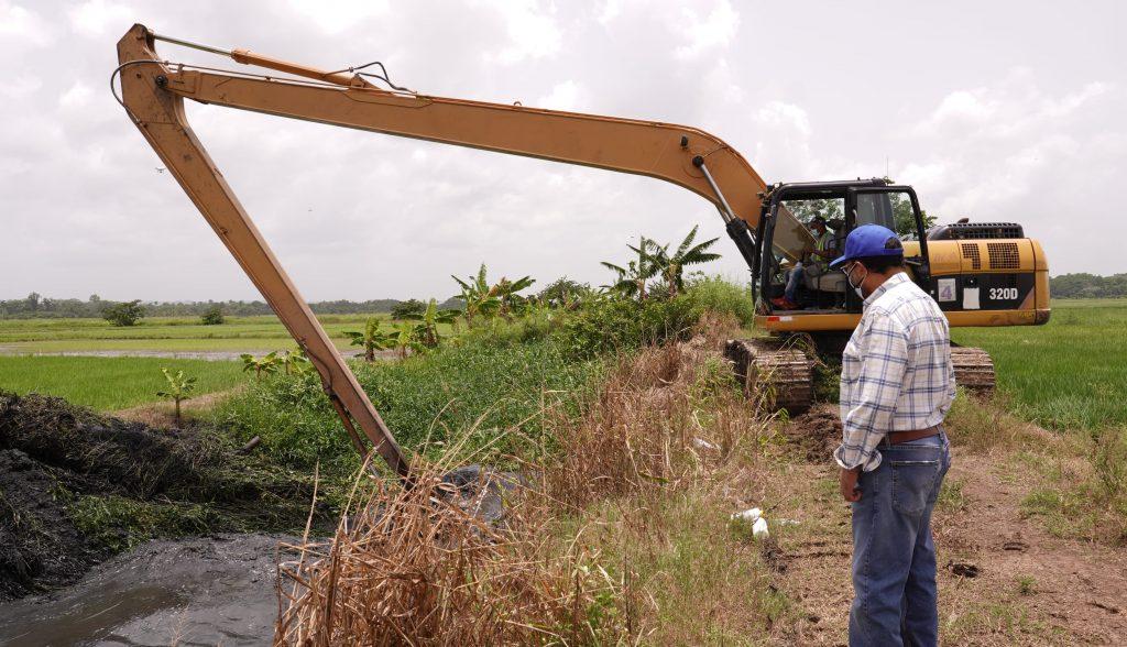 INDRHI limpia drenajes agrícolas en el Bajo Yuna