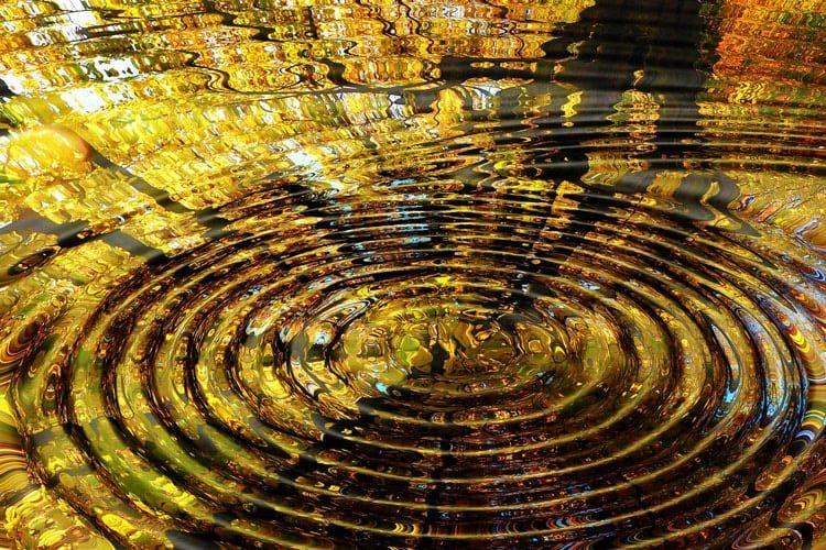 mediumsirkler, bilde av ringer i vann med speilbilde av høstløv