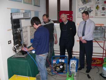 Un frigorista in formazione con l'Ispettore Inglese Kelvin Kelly, il fondatore Centro Studi Galileo Prof. Enrico Buoni e il docente Roberto Ferraris