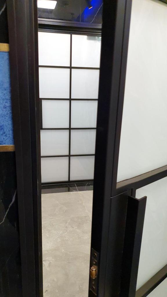 drzwi-industrialne-czarne-szprosami