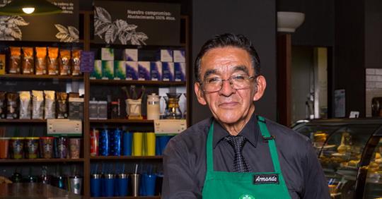 El mexicano de mayor edad en Starbucks que interesó a Howard Schultz