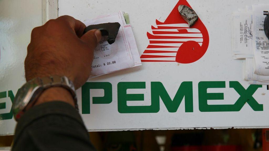 Fitch baja perspectiva de Pemex a negativa