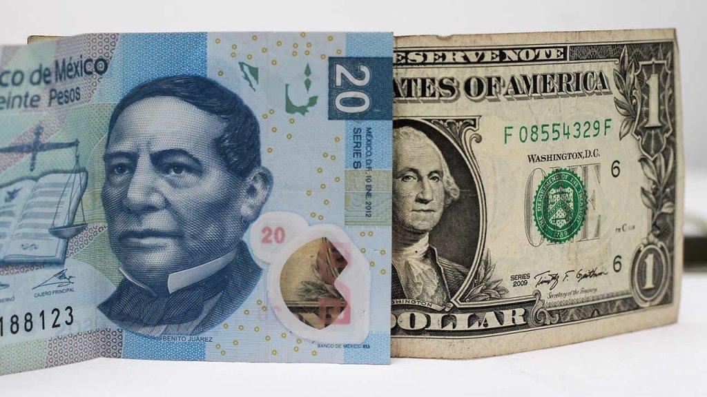 El peso 'sonríe' mientras el dólar camina cabizbajo