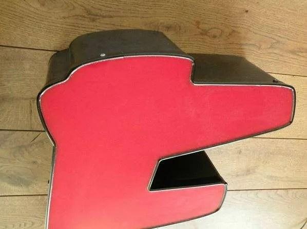 rood met zwart letterlamp F detail
