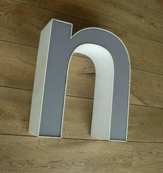 letterlamp wit met grijs n zijkant 1