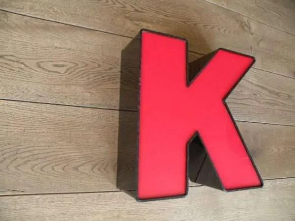 letterlamp zwart rood K 2