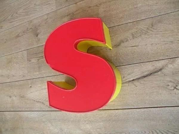Letterlamp rood geel s zijkant