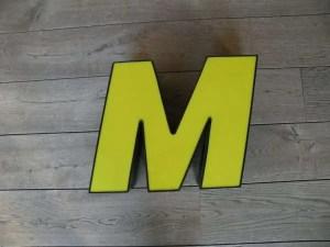 Letterlamp M geel met zwart voorkant